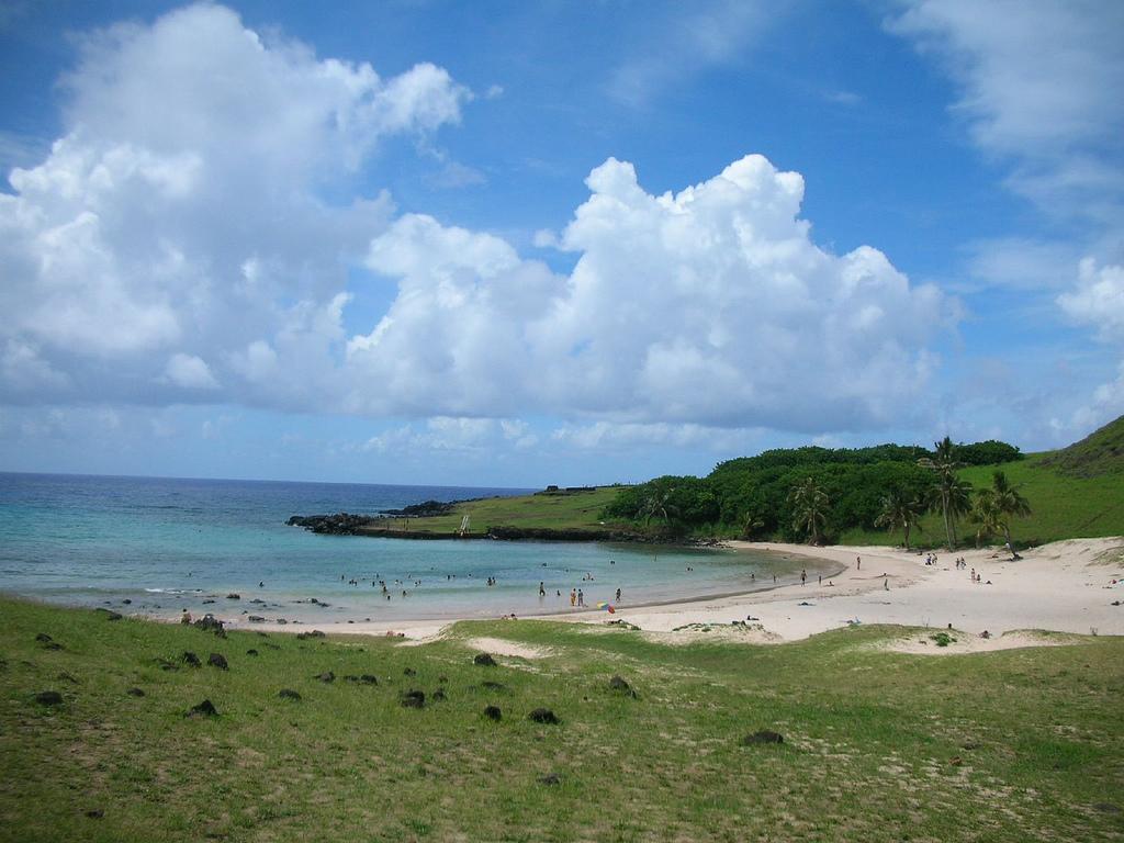 plage rapa nui île de pâques en bas
